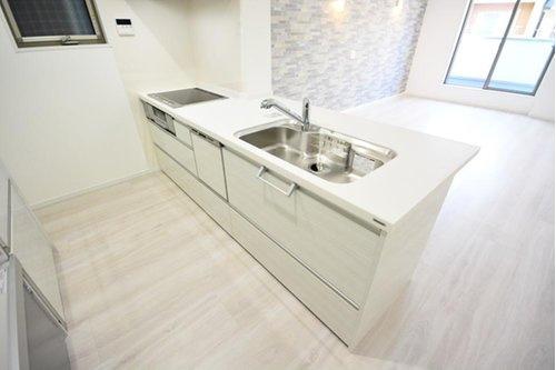 (施工例) 食洗機付きのカウンターシステムキッチンはお料理しながらリビングのお子様の様子も確認できるので安心です。