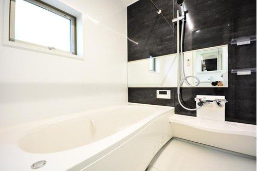 (施工例) ゆったりとした浴室は小窓もあり換気もできるので湿気の心配もありません。 また浴室暖房乾燥機付きなので雨の日のお洗濯もラクラクです♪
