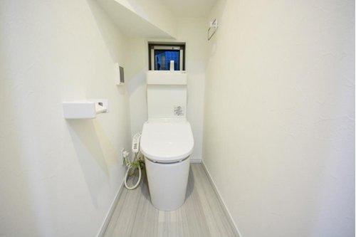 (施工例) トイレには小窓があるので常に換気ができますし、光も取り入れてくれます。