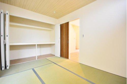 (施工例) ほっこりできると人気の和室です。 壁一面に広がった収納スペースが目を引きます。 お布団もラクラク入ります!