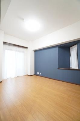 【北西側洋室約7.8帖】 建材の色合いからモダンテイストも似合いそうな洋室。 主寝室としてもご利用頂ける広さがあり、 大型の家具を置くなど使い勝手も良いです。