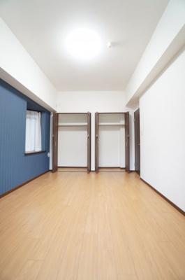 【北西側洋室約7.8帖】 コートやスーツだけでなく、収納棚を中にしまえば ニットやパンツも中にしまえて お部屋をすっきりとお使いいただけます! お部屋のコーディネートと幅が広がります♪