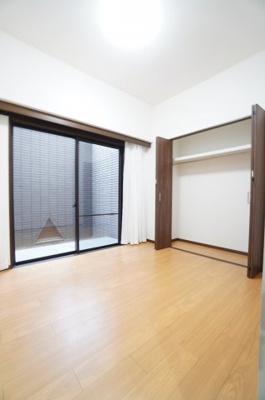【北東側洋室5.2帖】 サブテラスに面したこのお部屋は 在宅勤務の書斎としても、 趣味やくつろぎのスペースとして。 家族と一緒に楽しい時間を過ごす中にも、 一人でくつろげる時間と場所は特に良いですね。