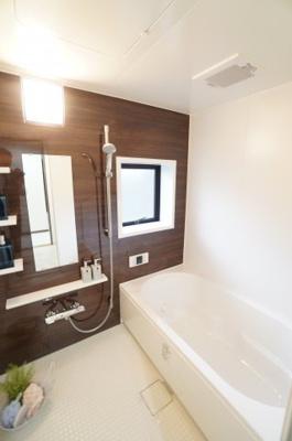 """【LIXIL社製】 もっと、お風呂が好きになる。 人がお風呂に求める""""心地いい""""という瞬間のために 進化したバスルーム! きっとご家族のバスタイムも、単なる習慣から 特別な時間へと変わっていきます。"""