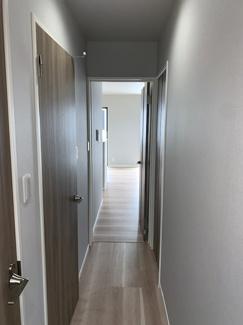 玄関からリビング方向の写真です。奥へと誘う雰囲気になっております。
