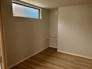 1階洋室5.5畳。シアタールームとしても使用可能!ファサード(顔)造るのに欠かせないデザインサッシ。その下にモニターを設置して楽しみましょう!