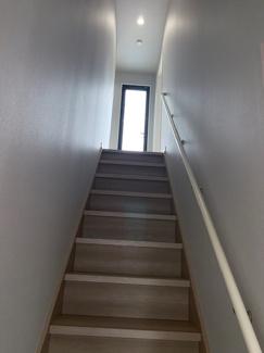 階段写真。正面にはバルコニーへと出るためのドアが見えております。
