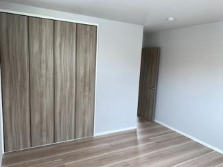 洋室②クローゼットと床の色がシックでおしゃれです。
