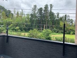 バルコニーから見た景観は南側に家が無いので、緑が見えて開放感があります!