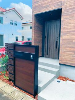 オシャレな玄関アプローチ。門柱ユニットと建物の一体感が素敵です!