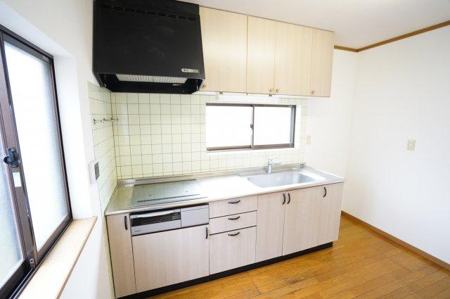 壁付けキッチンは部屋のスペースをほぼ無駄なく広く活用できます。