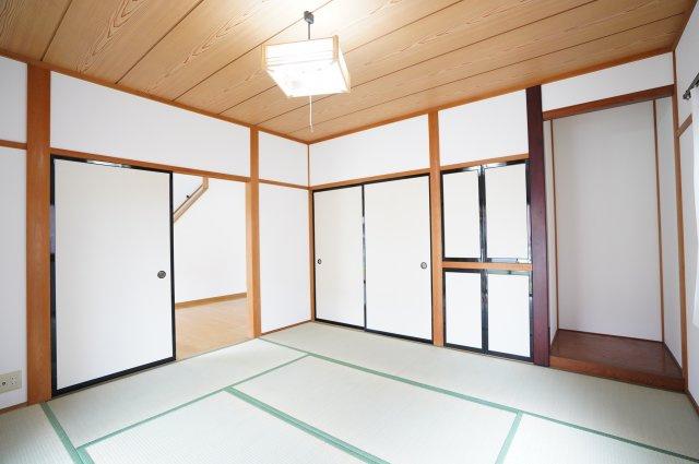 8帖 南向きの和室です。一日を通して日当たりが良いため、部屋が明るいです。