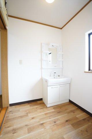 洗面脱衣所 窓があるので換気もできます。