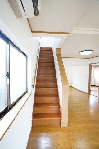 手すり付階段です。安心して階段の上り下りできますね。