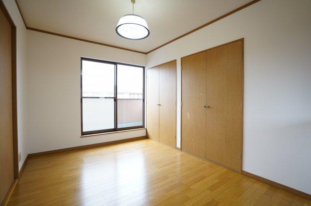 2階 2ヶ所から出入りできる共通のバルコニーがあります。
