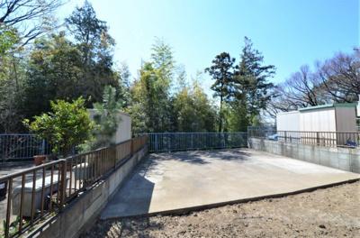 デッキ部分は約36帖超。緑地帯に面する為、開放感があり水遊びなども可能です。