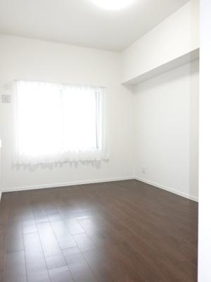 居室にはクローゼットを完備し、自由度の高い家具の配置が叶うシンプルな空間です。お子様の成長と必要になる子供部屋を与えるにはぴったりの間取りですね。