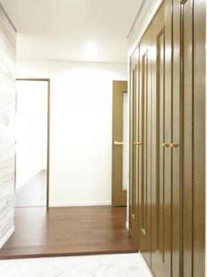 廊下等の共有スペースはダウンライトを設置、全体のアクセントとなるように致しました。光の届き方、スイッチの位置にも配慮し、暮らし易さを徹底的に見つめております。是非一度、現地で感じて下さい!