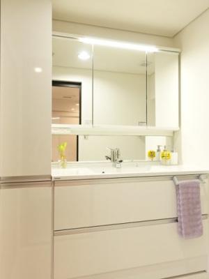 お子さんの目線にも合わせた三面鏡付洗面化粧台を採用しました。三面鏡裏側にスキンケア用品やヘアケア用品などをすっきり整理できます。また収納棚を多く設けており、脱衣スペースを広く確保しております。