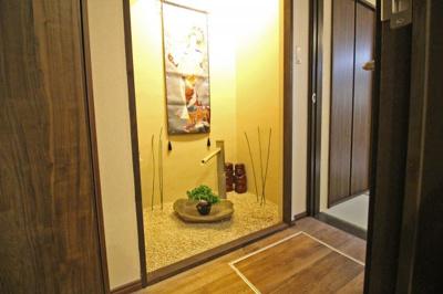 お洒落なこちらのディスプレイスペースは、1階和室入り口の廊下です。こだわりの内装で風情な暮らし。