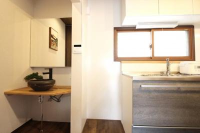 システムキッチンとは別にお洒落な洗面も設置されています。