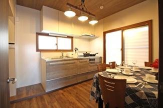 ダイニングキッチンとリビングが仕切られており、生活感が隠せます。キッチンスペースだけでも7.26帖ありダイニングテーブルを置いて食事も出来ますね。