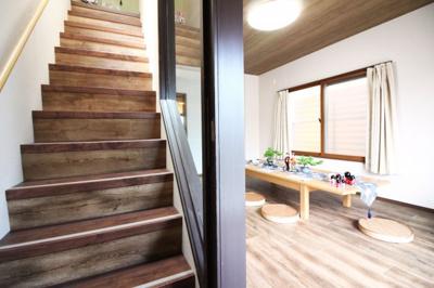 階段部分の壁は透明のガラス張りになっており、圧迫感がなく更に広く感じられます。
