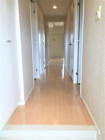 建具が白で廊下も明るい♪