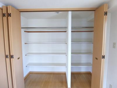 洋室5.9帖のお部屋にあるクローゼットです♪お洋服もしわにならず、キレイに収納できます☆クローゼットが2ヶ所あるのが便利ですよね!