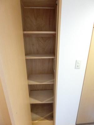 玄関横にある収納スペースです☆シューズボックスに入りきらない靴などの収納にも便利ですね♪