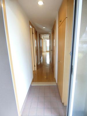 玄関から室内への景観です!右手に水回り設備、左手に洋室5.6帖のお部屋があります★