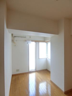 玄関側にある角部屋二面採光洋室5.6帖のお部屋です♪寝室や子供部屋などにも最適ですね♪