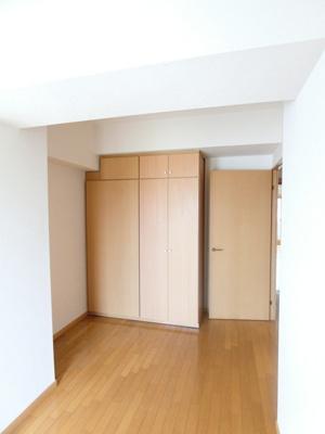 収納スペースとクローゼットのある洋室5.6帖のお部屋です!荷物やお洋服をたっぷり収納できてお部屋がすっきり片付きます☆