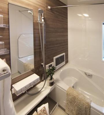 浴槽に腰掛けが付いています!半身浴などにおすすめ♪ゆっくり足がのばせる広さです!お風呂で日々の疲れを落としましょう!当社施工例です!