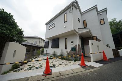 各線「保土ヶ谷」駅徒歩圏内、おしゃれな外観の新築戸建住宅です。