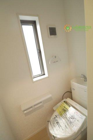 小窓付きで安心!タオル掛けもございます。
