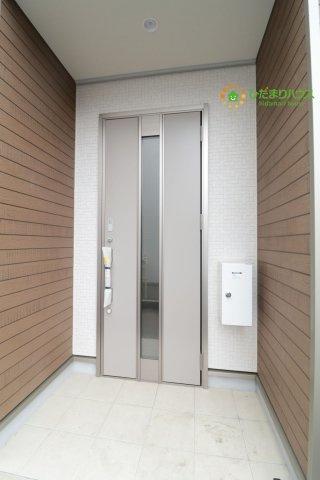 スタイリッシュなデザインのドア!屋根部分も広いです。