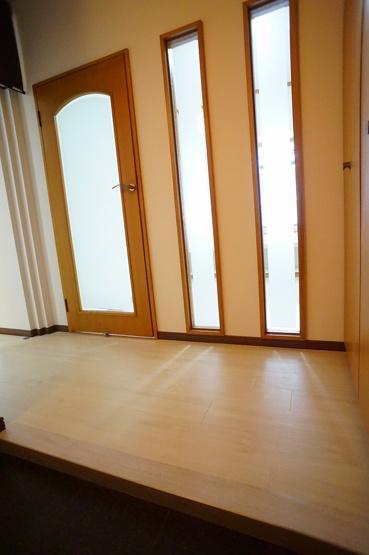 ゆとりある玄関ホール☆洋室の飾り窓もお洒落です☆