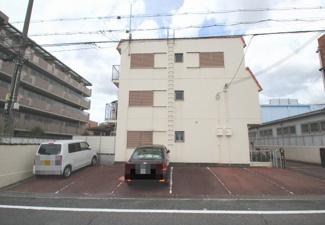 専用駐車場です。前道も広いので駐車が苦手な方でも安心して停めて頂けます。