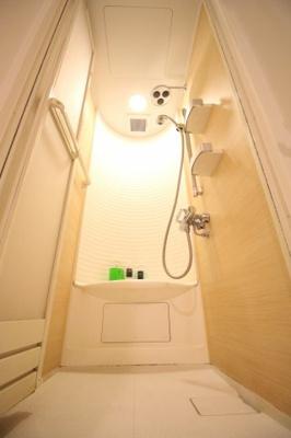 シャワールームとバスルーム完備しております。