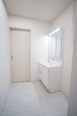 広い洗面所で家族一緒に使えますね。三面鏡で裏には小物も置けて便利ですよ。