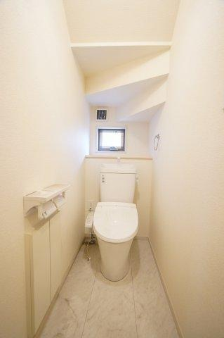 トイレ収納があり便利ですよ。窓もあり明るいトレイですね。