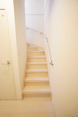 階段には手すりが設置されていて安心ですね。