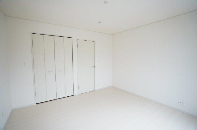 8帖の寝室です。白で統一されたおしゃれな寝室は家具の色が映えそうですね。