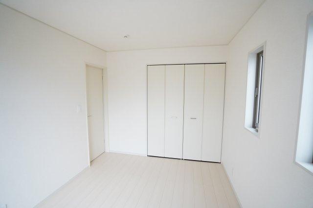 クローゼットが埋め込み式なのでお部屋がすっきりとしていますね。