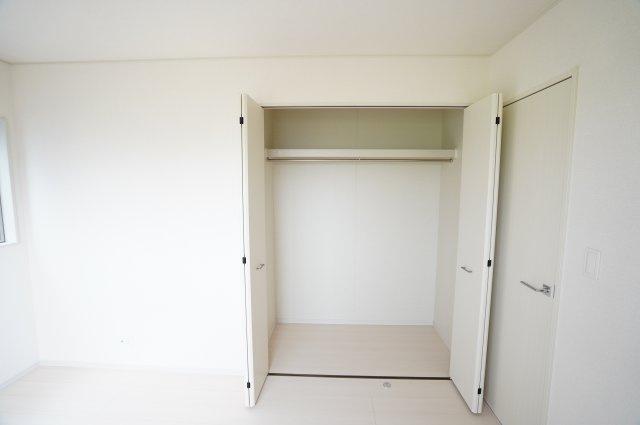 大きなクローゼットがあるのでお部屋が片付きますね。