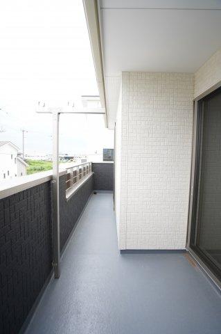2階2部屋に続くバルコニーは広くて陽当たり良好です。