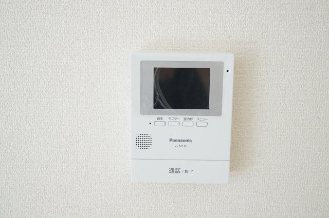 TVモニター付インターフォンがリビングにあるので急な来客の時も安心ですね(同仕様施工例)