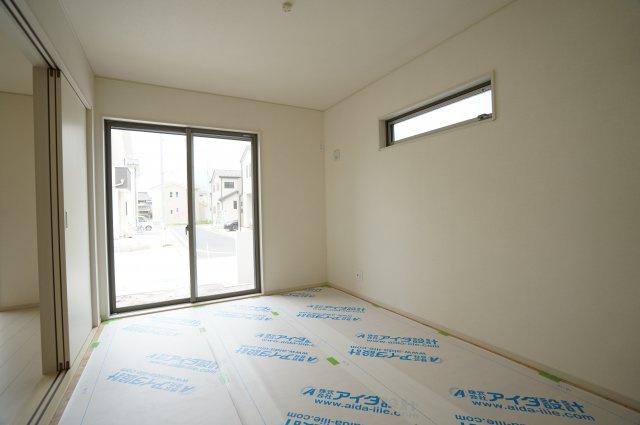 高窓のあるおしゃれな洋室(畳敷)は6.5帖です。