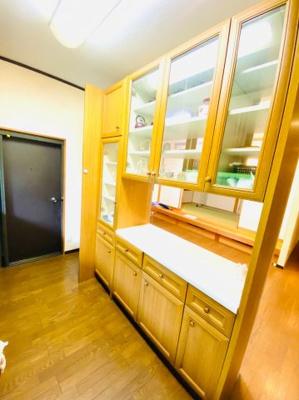 両面使用可能な収納力豊富なカウンター付き食器棚。